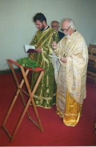 Vader Ignace en diaken Athenagoras bij de eerste Goddelijke Liturgie