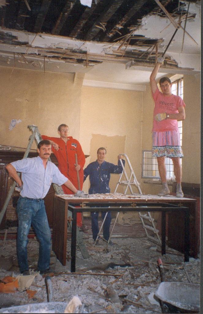 """""""Uitbreken van het plafond u ziet op de foto: Carlo, Stefaan, Viorel en V. Bernard"""""""